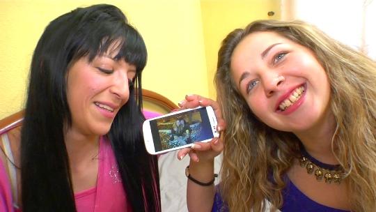 Su mejor amiga se lanza al porno gracias a ella, y primero nos regalan el primer lésbico entre ellas - foto 1