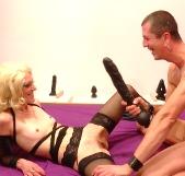 Carla descubre el sexo duro: dilataciones, fisting, inicios de BDSM. Hemos decubierto una buena zorra ;)