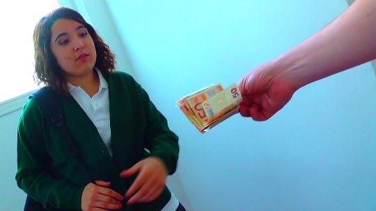 La colegiala de 18 años volvió a caer en la trampa: dinero + pollas, combinación perfecta. ¡Y eso que no quería! - foto 1