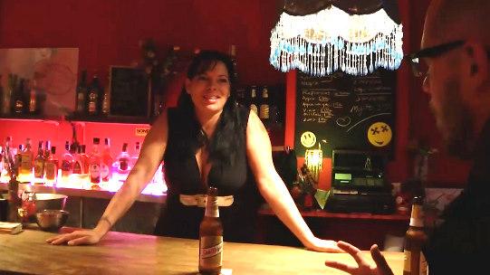 Camarera de pub de día, zorrón tetona de noche. Giny, esa simpática chica que te sirve las birras en tu barrio. - foto 1