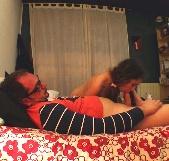 Mi padrastro me enseña cómo deben tocarme los chicos... yo no quería pero es que lo hace tan bien. - foto 2