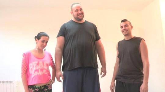 Un gigante, una nena de 18 años y 6 meses y un polloncio. - foto 1