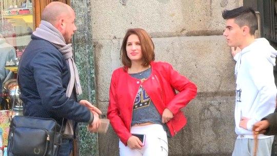 Turista mochilera cazada en la puerta de un hostal madrileño: con 20 añitos y poco presupuesto cae en nuestras redes.