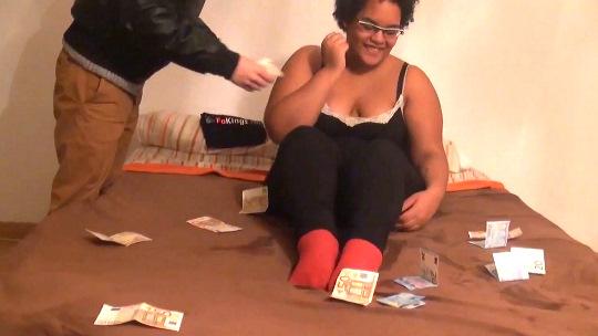 Su virginidad por caridad (y al final un billete de AVE y 500€). Sandra, friki, virgen... HIMEN ROTO.