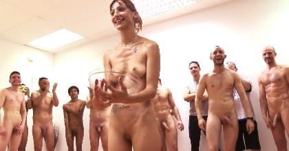 ¡Bukkake!. Jordana, 20 AÑITOS hoy probará por primera vez 15 POLLAS A LA VEZ. Baño de esperma.