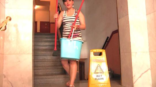 La chica de la limpieza se desata: FOLLARME EL CULO CON DOLOR. ¡Es tu vecina!