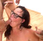 ¡Bukkake!. La dependienta del Sex Shop SE LO TRAGA TODO, TODO - foto 4