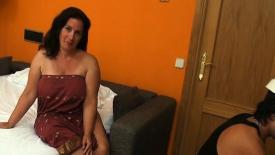 Las fantasías de Sandra: una ama de casa que moja bragas con los albañiles - foto 1