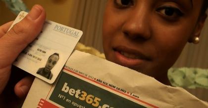 Ayer tenía 17 y sólo había probado una polla, hoy cumple 18 y su deseo hecho realidad: dos a la vez (completamente real) - foto 2