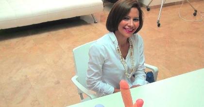 Secretaria madura busca trabajo de webcamer, se pone cachonda en la entrevista y... . - foto 2