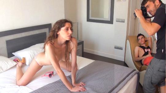 Fotógrafa y modelo en paro sucumbe a los encantos del dinero. Desvirgando al hijo más afortunado de España. - foto 1