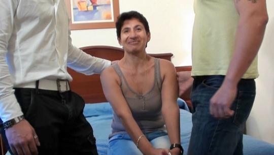 La señora de la limpieza del hotel ES VIUDA y se suma a Club Maduras! atracón de pollas jóvenes - foto 1