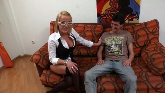 DESVIRGAMIENTO: Psicóloga madrileña y de 37 años, va a desflorar a un tímido paciente que se atasca con las chicas