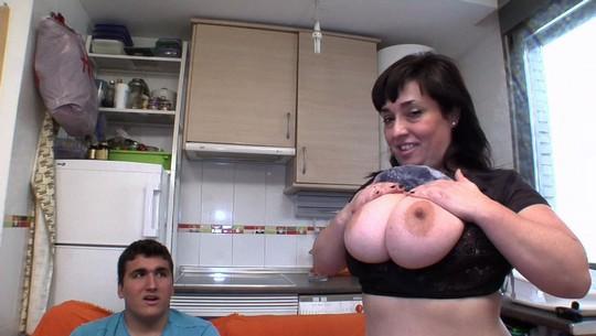 La vecinita madura de 36 y el yogurín boxeador de 20. Estrella y sus dos tetas iniciando en el porno a su niñito. - foto 1