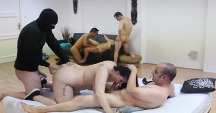 Divorciadas liberales, bisexuales cachondas y chicos dispuestos a todo en una nueva ORGÍA LIBERAL - foto 2