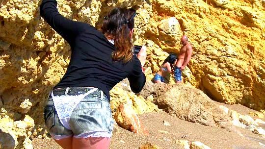 Raquel la española y Charlotte la francesita. Dos perritas en la playa con ganas de pollon iberico - foto 1