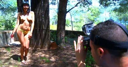 Vamos al bosque para tomar ese lado natural del bello cuerpo de Raquel Woods
