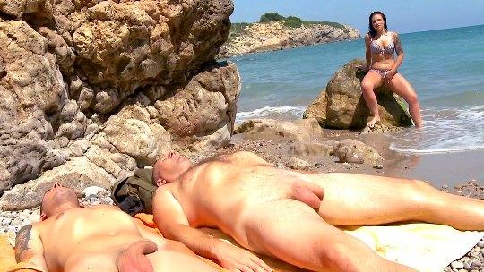 Lulú Pretel haciendo una mamada en la playa