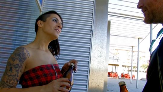 Conocemos a una fiestera madrileña y se deja petar el culo por una cerveza :D - foto 1