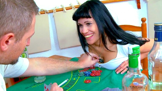 Poker, alcohol, SQUIRTING y mucho sexo con la gran jamona Samantha Pink