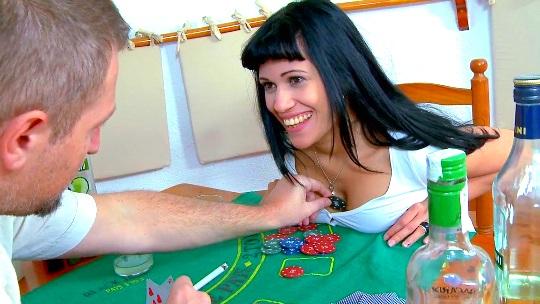 Poker, diversion, SQUIRTING y mucho sexo con la gran jamona Samantha Pink - foto 1