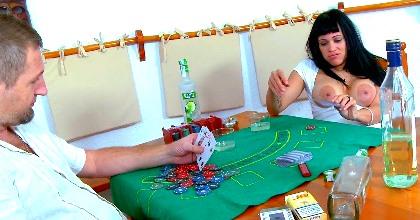 Poker, alcohol, SQUIRTING y mucho sexo con la gran jamona Samantha Pink