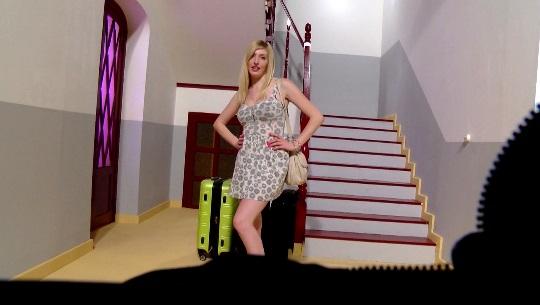 Hola! Soy Jessica y estoy de vacaciones por Valencia, ¿adivináis como me las pago? - foto 1