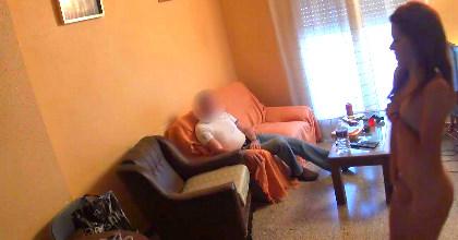 El amigo de mi padre me acosa, tiene su puntillo pero es un poco pesado, ¿me lo follo?. Soy la Tati :)