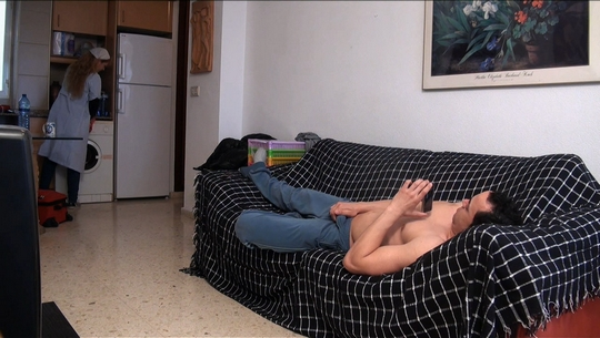Asistenta del hogar se ofrece para limpiar casas por horas, casada y necesitada de pasta... la victima perfecta.