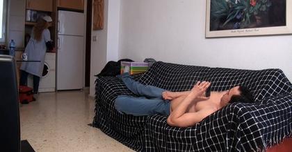 Asistenta del hogar se ofrece para limpiar casas por horas, casada y necesitada de pasta... la victima perfecta. - foto 2