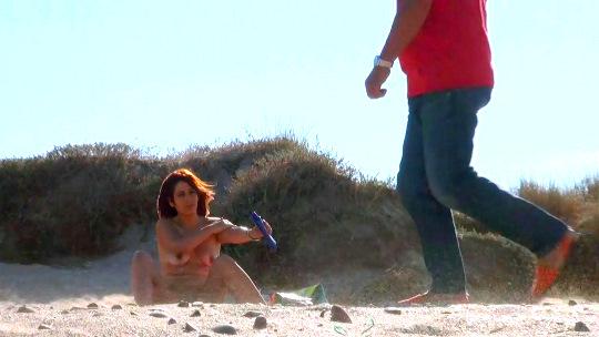 Masturbándome en una playa nudista, mirones pajeándose... vaya calentón! - foto 1