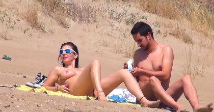 Me follo un voyeur en una playa nudista llena de mirones: ¿os gustaría saber a que playa vamos?
