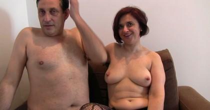 Papá y mamá no sólo siguen follando a los 45, sino que además mamá es una PERRA VICIOSA. Flipad con la madura