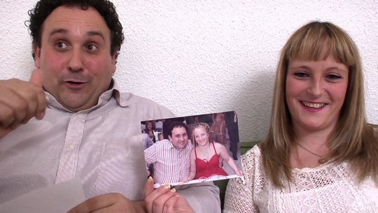 Regalo de aniversario a su mujer: dos actores porno. Él acaba disfrutando más que ella