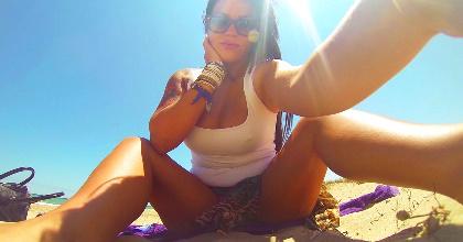 Masturbándome en la playa nudista y poniendo cachondos a los mirones, ¿os gusto o no? - foto 2