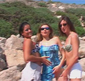 Nuestras pollazas las atacan en la playa, orgía de látex. 10:34 minutos - foto 1