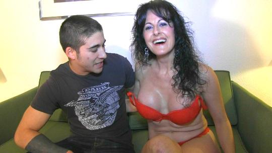 Como si fuera su hijo: Soraya de 40 se folla a Adrian de sólo 20. Ternura en Vidas Liberales - foto 1