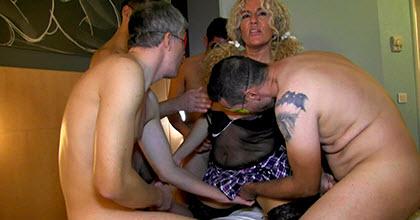 Me encanta ser una puta: Carla pide maromos para su PRIMER GANG BANG, 5 machos se presentan