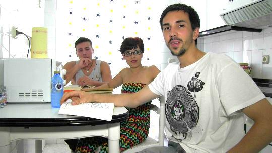 Universitarios de Santiago hacen un trío con la novia de uno de ellos, ¡qué pasada!. - foto 1