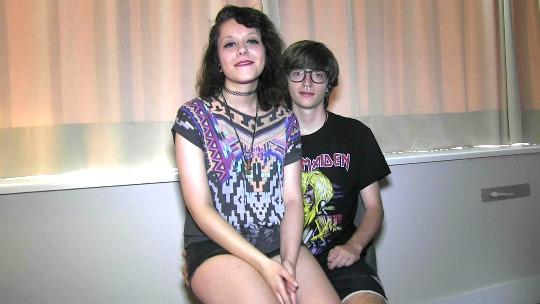 Adolescentes NiNis (18 y 19 años) vienen a grabar su primera escena porno. ¡Divina juventud! - foto 1