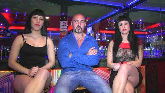 La camarera de la discoteca ve porno en directo y se calienta. Trío con los artistas. - foto 1