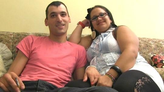 Lucy y Manu se conocieron en internet y ahora BUSCAN PAREJAS Y CHICOS con los que follar. Miralos en su primer video casero. - foto 1