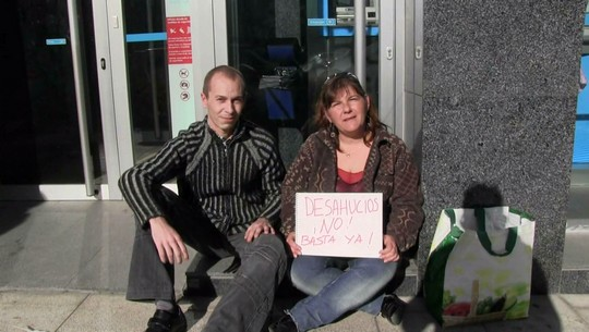 Desahuciada por el banco, divorciada sin prestaciones, 45 años. Recurre al porno para poder comer caliente (historias de la crisis)