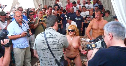 Desfase en la discoteca Fabrik de Madrid. María se calienta y folla con quien quiera clavársela