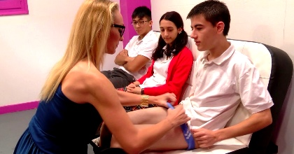 Clases de squirting con la profesora de sexología: Daniela Evans enseña como sacar el flujo femenino a sus alumnos.