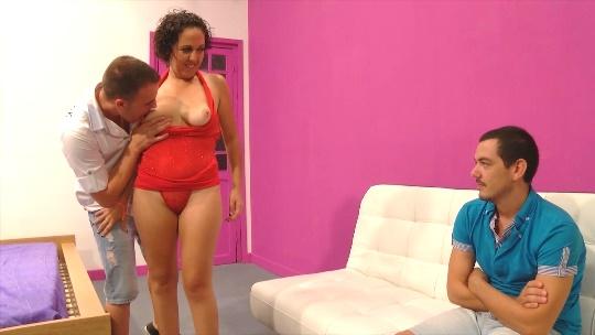 Hugo y Babe, el vende a su novia por dinero y se arrepiente mientras ve como se la follan